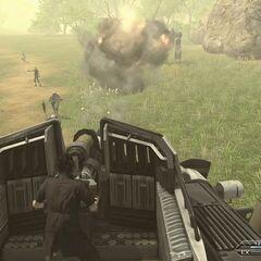 Noctis controlando uma metralhadora em um tanque.