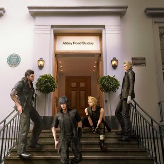 Рекламное изображение с Ноктисом и его товарищами перед Abbey Road Studios.