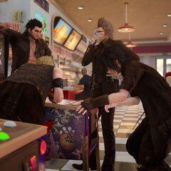 Друзья играют в <i>Justice Monsters Five</i> в <i>Final Fantasy XV</i>.