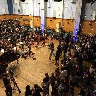 Лондонский филармонический оркестр готовится к выступлению.