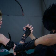 Ноктис и Промпто разговаривают в лагере в <i>Эпизод Даска</i>.