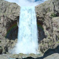 Водопад, скрывающий вход в грот.