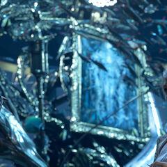 Никс и Луна у картины, на которой изображена богиня мира.
