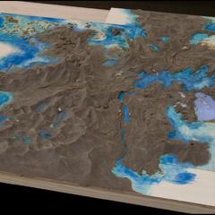 Perfil frontal de um mapa topográfico do mundo de <i>Final Fantasy XV</i>.