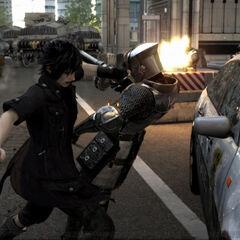 Ноктис толкает солдата на полицейский автомобиль.