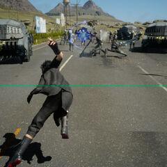 Noctis jogando sua espada sobre os inimigos.