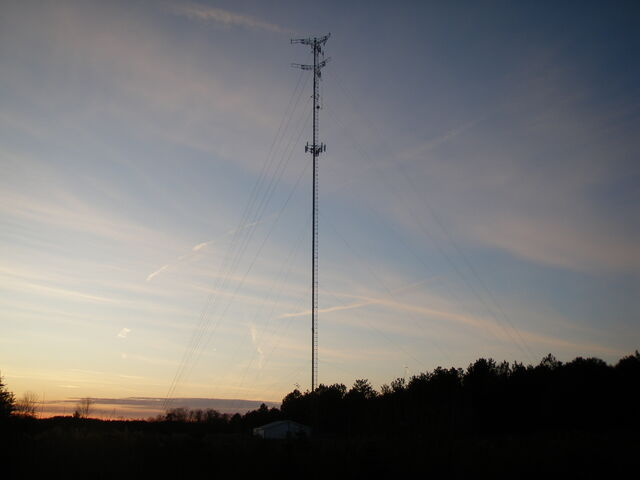 File:340 foot SBA Towers cellsite Canandaigua New york at dusk.jpg