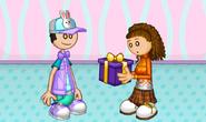 Sienna recibiendo su regalo