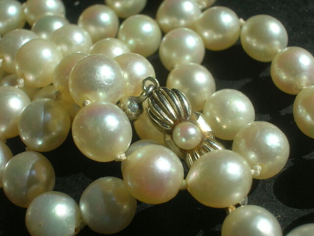 File:Pearl-necklace.jpg