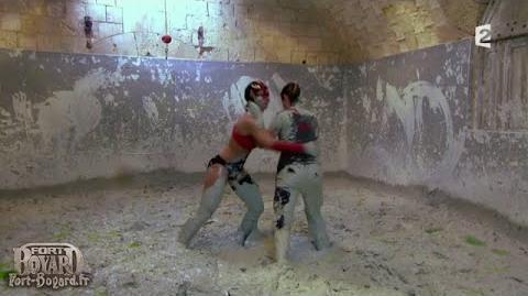 Fort Boyard 2012 - Dounia Coesens dans la lutte dans la boue