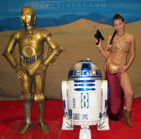 Fichier:Slave babe Leia posing with R2 and C-3PO-5969.jpg