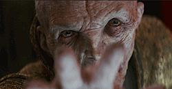 Gros plan sur la main et tête de Snoke pendant qu'il utilise la Force
