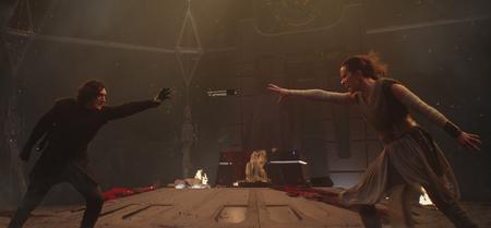 Rey et Kylo avec le sabre des Skywalker
