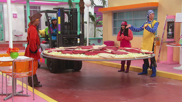 File:Giant Pizza.jpg