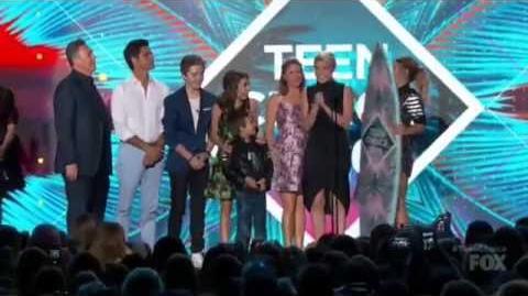Fuller House Wins Best Comedy - Teen Choice Awards 2016-0