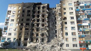 Разрушенный в ходе конфликта жилой дом в Лисичанске