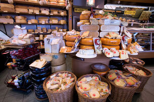 1024px-Amsterdam - Cheese store - 1605