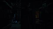 Arya se cachant dans la bibliothèque
