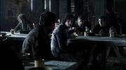 Jon et ses amis attablés (1x04)