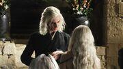 Viserys offre la robe à Daenerys (1x01)