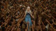 Daenerys est portée en triomphe (3x10)