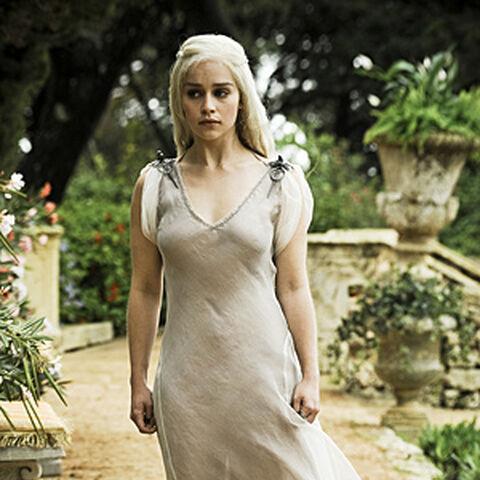 """Daenerys apsivilkusi suknelę kurią jai padovanojo Ilyrujus Mopatis  """"<a href="""