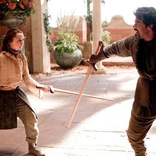 Arya und Syrio trainieren in den Räumen des Turms