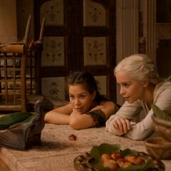 Daenerys uczy Drogona piec mięso.