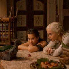 Дейенеріс вчить дракона підсмажувати м'ясо.