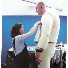 Закулісні фото акторів, які грають гігантів. Зверніть увагу на рукавички, що надіваються  на руки актора.