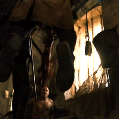Sandor zabija uczestnika zamieszek, który próbował zgwałcić Sansę.