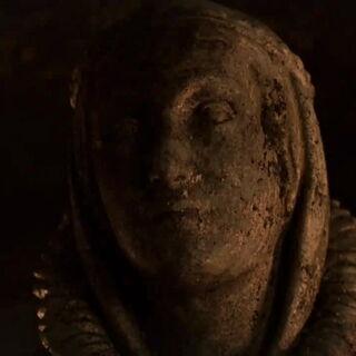 Podobizna Lyanny na jej grobie.