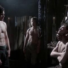 Jon, Robb i Theon odwiedzają fryzjera w Winterfell.
