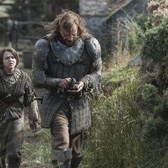 Sandor i Arya opuszczają domostwo farmera.
