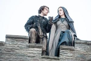 510 Theon Sansa Sprung von der Burgmauer