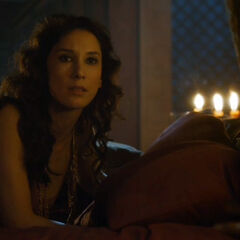 Shae w łóżku lorda Tywina.