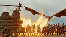 Дрогон сжигает солдат 7x04