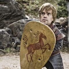 Tyrion chowa się za tarczą.