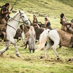 Dany otoczona przez Dothraków.