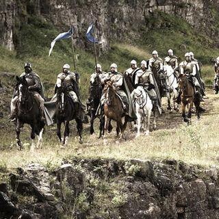 Лицарі з прапором Будинку Аррен скачуть по Долині. Промо-фото до серії «» .