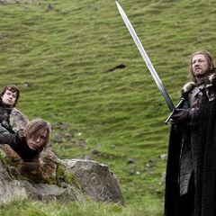 Eddard Stark empunhando Gelo.