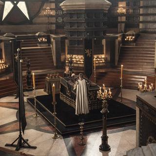 Jaime und Cersei betrauern den aufgebahrten Tywin.
