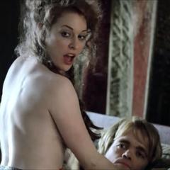 Tyrion i Ros w łóżku.