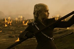 704 Daenerys versucht den Bolzen zu entfernen