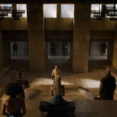 Jorah tritt im Thronsaal vor Daenerys