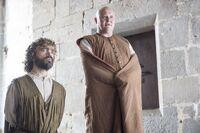 Тирион и Варис слушают красного жреца 6x01