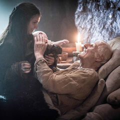 Gilly e Pequeno Sam com Maester Aemon em seu leito de morte.