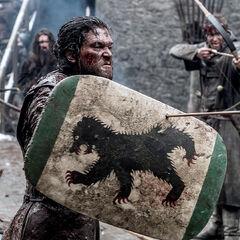 Jon greift Ramsay an und schützt sich dabei bezeichnenderweise mit einem Schild aus dem Hause Mormont