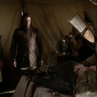 Lord Eddard i ser Barristan przed zwłokami ser Hugh z Doliny.
