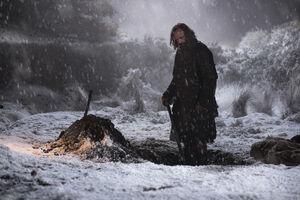 701 Sandor Clegane hebt ein Grab aus